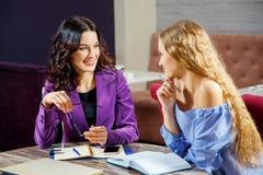 Dos mujeres en una reunión Imagen de archivo