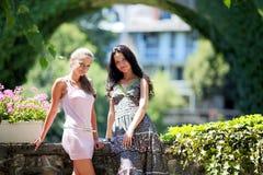 Dos mujeres encima en parque Imagen de archivo libre de regalías