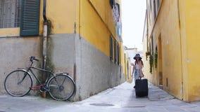 Dos mujeres entran en el callejón y van derecho Uno de ellos lleva una maleta almacen de video