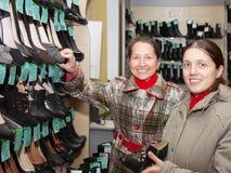 Dos mujeres están haciendo compras Foto de archivo libre de regalías