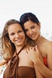 Dos mujeres felices que sonríen en la cámara Imagenes de archivo