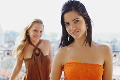 Dos mujeres felices que sonríen en la cámara Foto de archivo libre de regalías