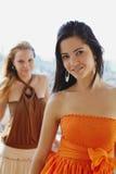 Dos mujeres felices que sonríen en la cámara Imagen de archivo libre de regalías