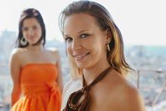 Dos mujeres felices que sonríen en la cámara Imágenes de archivo libres de regalías