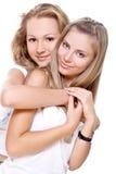 Dos mujeres hermosas en camisetas blancas Fotografía de archivo libre de regalías