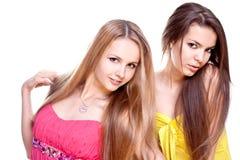 Dos mujeres hermosas en una alineada coloreada Imagenes de archivo