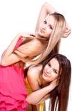 Dos mujeres hermosas en una alineada coloreada Fotos de archivo