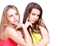 Dos mujeres hermosas en una alineada coloreada Imagen de archivo