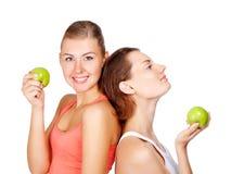 Dos mujeres hermosas jovenes con manzanas Foto de archivo