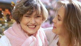 Dos mujeres hermosas, mayores y jovenes, mirada en la cámara y risa Retrato cercano, el día de madre, internacional metrajes