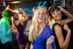 Dos mujeres hermosas que bailan en sala de baile Foto de archivo libre de regalías