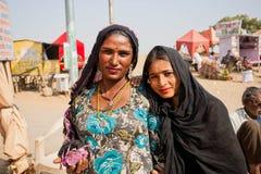 Dos mujeres indias felices possing en la calle del pueblo Fotos de archivo