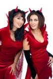 Dos mujeres jovenes atractivas en disfraces de Halloween de diablos Imágenes de archivo libres de regalías