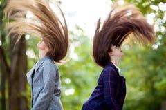 Dos mujeres jovenes con el pelo largo en la naturaleza en otoño Imagenes de archivo
