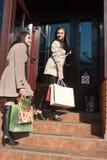 Dos mujeres jovenes con los bolsos de compras Fotografía de archivo libre de regalías