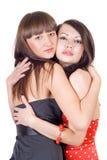 Dos mujeres jovenes de abarcamiento de la belleza. Foto de archivo