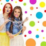 Dos mujeres jovenes de moda con los collares coloridos Imágenes de archivo libres de regalías