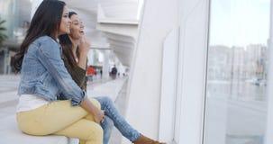 Dos mujeres jovenes de moda que se relajan Imágenes de archivo libres de regalías