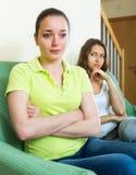 Dos mujeres jovenes después de la pelea en casa Imagen de archivo
