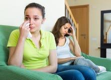 Dos mujeres jovenes después de la pelea en casa Fotos de archivo