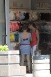 Dos mujeres jovenes eligen la ropa interior en el calor de la venta de la tienda Fotos de archivo libres de regalías