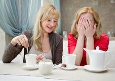 Dos mujeres jovenes en café Imagenes de archivo