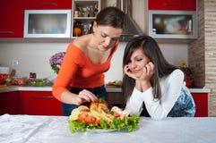 Dos mujeres jovenes en cocina moderna Imagen de archivo