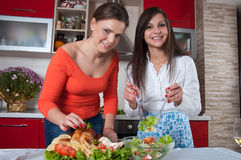 Dos mujeres jovenes en cocina moderna Fotos de archivo libres de regalías