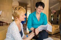 Dos mujeres jovenes en la recepción foto de archivo libre de regalías