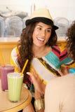 Dos mujeres jovenes en un café Fotos de archivo libres de regalías