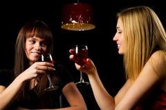 Dos mujeres jovenes en una barra de la noche. Foto de archivo libre de regalías