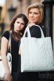 Dos mujeres jovenes en una calle de la ciudad. Imagenes de archivo