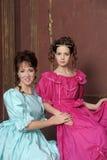 Dos mujeres jovenes en vestidos retros Fotografía de archivo