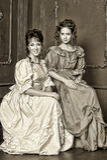 Dos mujeres jovenes en vestidos retros Foto de archivo libre de regalías