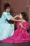 Dos mujeres jovenes en vestidos retros Fotografía de archivo libre de regalías