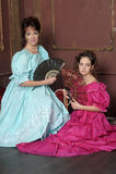 Dos mujeres jovenes en vestidos retros Fotos de archivo
