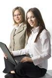 Dos mujeres jovenes felices del encargado Fotografía de archivo libre de regalías