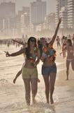 Dos mujeres jovenes felices disfrutan de carnaval en la playa de Ipanema imagen de archivo