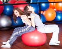 Dos mujeres jovenes felices en la gimnasia Imagen de archivo libre de regalías