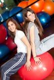 Dos mujeres jovenes felices en la gimnasia Foto de archivo libre de regalías