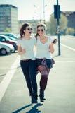 Dos mujeres jovenes hermosas imagen de archivo libre de regalías