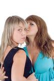 Dos mujeres jovenes hermosas juguetonas imagen de archivo
