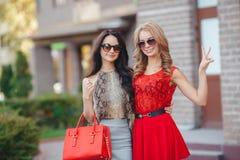 Dos mujeres jovenes hermosas que se divierten en la ciudad Imágenes de archivo libres de regalías
