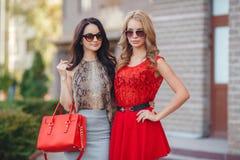 Dos mujeres jovenes hermosas que se divierten en la ciudad Fotos de archivo libres de regalías