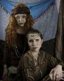 Dos mujeres jovenes hermosas vestidas como gitanos Imagen de archivo libre de regalías