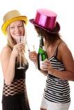 Dos mujeres jovenes ocasionales que gozan del champán Foto de archivo libre de regalías