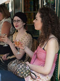 Dos mujeres jovenes que beben el vino Imagenes de archivo