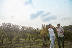 Dos mujeres jovenes que beben el vino Foto de archivo