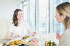 Dos mujeres jovenes que cenan junto Imágenes de archivo libres de regalías