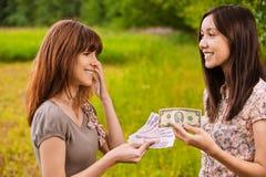 Dos mujeres jovenes que concluyen negocio imagen de archivo